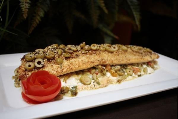 Salmão inteiro assado, recheado com cream cheese e aspargos do restaurante Chocolat Glacé (Ana Rayssa/Esp. CB/D.A)