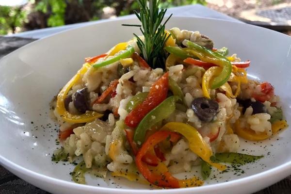 O bacalhau %u2014 típico nas mesas de Natal %u2014 aparece como ingrediente de um risoto no menu do Parfait Bistrô (Fernanda Puntel/Divulgação)