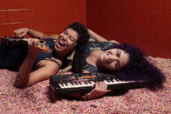 O duo Guitarrada das Manas estará na festa Pequila de las Manas (Estúdio Tereza e Aryanne/Divulgação)