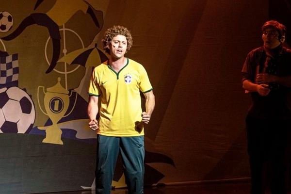Cena do espetáculo O melhor do Brasil é o brasileiro, da cia. G7 (Edgar Ramos/Divulgação )