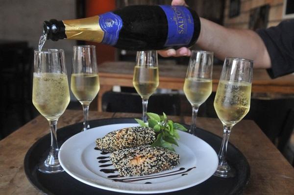 O Victrola %u2014  Bar de Vinil oferece rodízio de espumante para o público feminino toda quinta-feira (Minervino Junior/CB/D.A Press)
