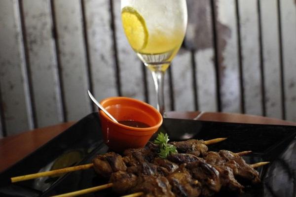 O drinque martini spritz e o espetinho de galinha do Suriname têm um sabor repleto de personalidade (Vinicius Cardoso Vieira/Esp. CB/D.A Press)