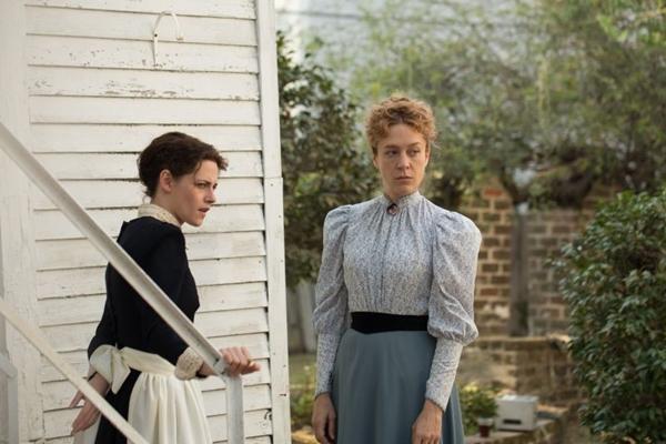 Os problemas na casa Borden aproximam Lizzie (Chloë Sevigny) e Bridget (Kristen Stewart) (Eliza Morse/Divulgação)