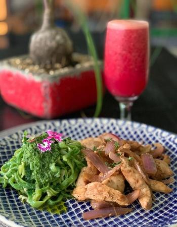 O frango em tiras com macarrão de abobrinha é um dos pratos que integram o kit detox da Natufreza (Carol Freza/Divulgação)
