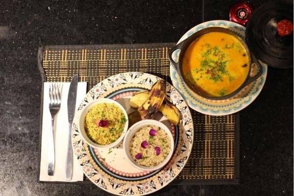 Além da loja, a MaxFoods Market oferece diferentes opções de pratos e lanches (MaxFoods Market/Divulgação)