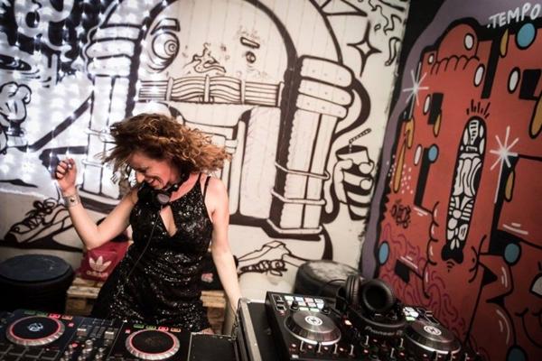 A DJ Pequi agita a festa Veraneio, no Canteiro Central (Divulgação/ Lainha Loyola)