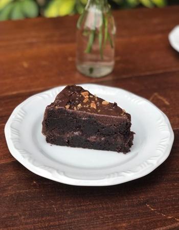 O bolo de chocolate com castanha de baru é um dos destaques no Crioula Café (Ana Carolina Cordeiro/Divulgação )
