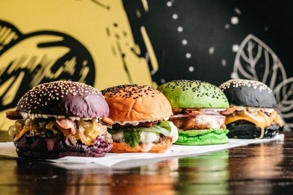 Os pães coloridos dão charme e gosto aos hambúrgueres do The Famous (João Rappi/Divulgação )