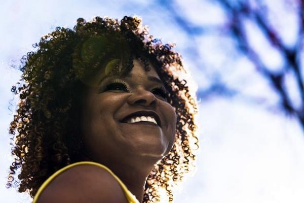 A cantora Teresa Lopes acaba de lançar o disco Clara essência (Guto Martins/Divulgação)