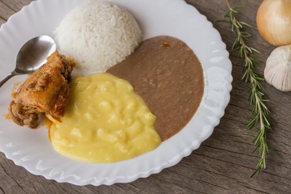 Além de pratos caipiras, o restaurante Trem da Serra conta com atrações como piscina e trilhas ecológicas (Trem da Serra/Divulgação)