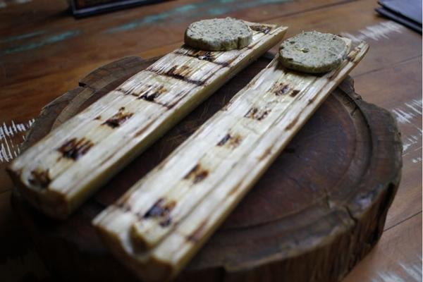 O palmito de pupunha do Caminito Parrilla é feito na brasa e servido com manteiga de ervas (Ana Rayssa/Esp. CB/D.A Press)