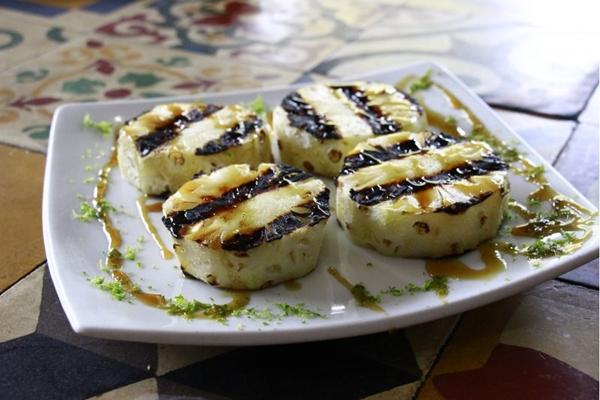 O abacaxi na parrilla, do Mandaka, pode ser servido como sobremesa ou acompanhamento (Vinicius Cardoso Vieira/Esp. CB/D.A Press)
