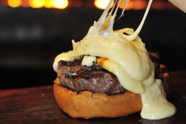 Os hambúrgueres do Parrilla Burguer são envoltos em óleo de milho antes de irem à grelha  (Minervino Junior/CB/D.A Press)