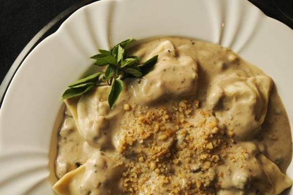 O tortelloni do Gatto Nero pode vir recheado com ricota, nozes e uva-passa (Rafael Ohana/CB./D.A Press)