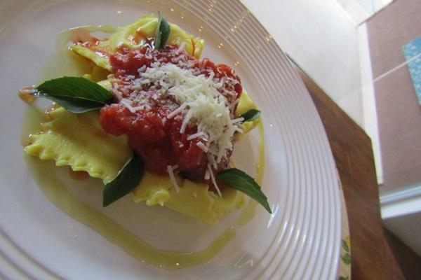 O ravióli de burrata com raspas de limão siciliano da Giulietta Massas é trabalhado com ingredientes selecionados (Ana Érica Almeida/Divulgação)