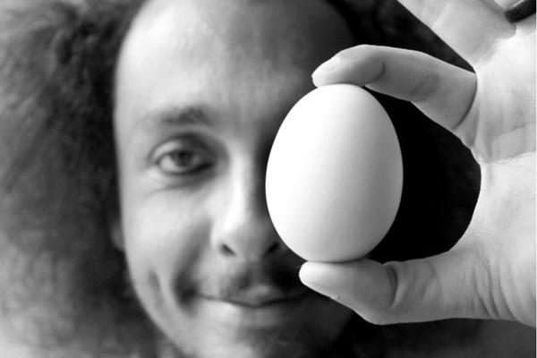 Thiago de Barros inclui áudio livro e show de MPB no lançamento do livro 'N(ovo)' (Artur Cavalcante/Divulgação)