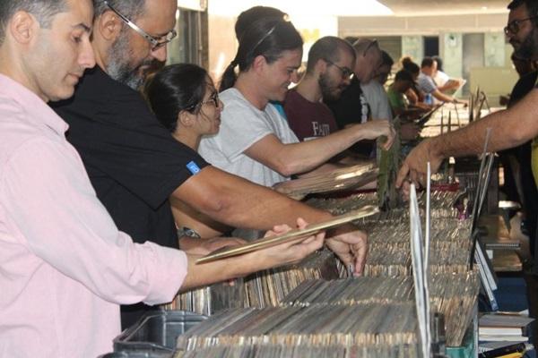 A feira de vinil do Conic terá cerca de 20 mil títulos (Renato Cardozo/Divulgação)
