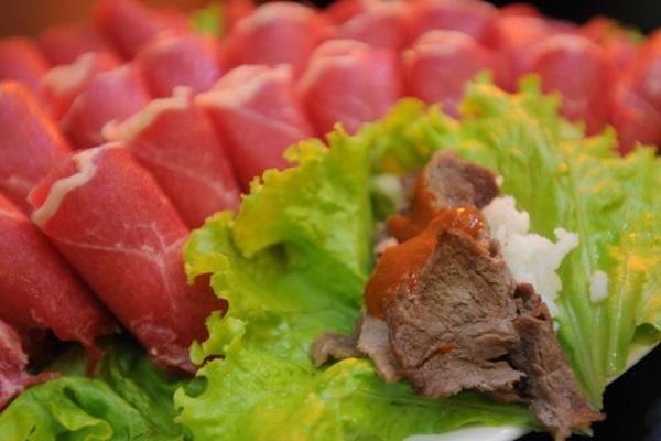 O churrasco coreano é preparado na mesa e a montagem fica por conta do cliente (Barbara Cabral/Esp. CB/D.A Press)