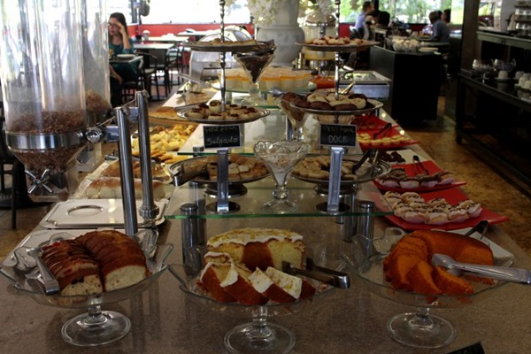 Buffet de cafe da manha, da Confeitaria Praline. (Ana Rayssa/Esp. CB/D.A Press)