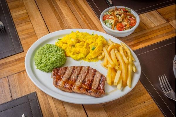 Chorizo, arroz com brócolis, batatas fritas e farofa de ovos do BSB Grill (Davi Fernandes/Divulgação)