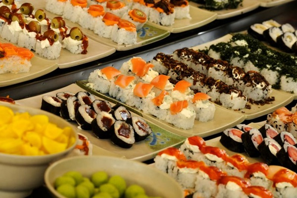 Itens como  sashimi, sushi, tataki, carpaccio e temaki são encontrados no bufê do Haná (Carlos Vieira/CB/D.A Press)