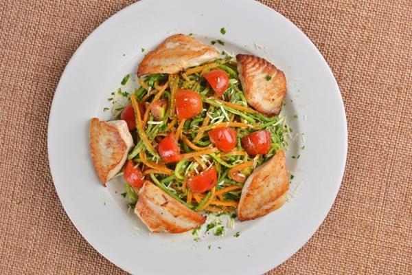 O macarrão de cenoura com abobrinha é uma alternativa que pode vir à mesa com ou sem a proteína ( Peixe na Rede/Divulgacao)