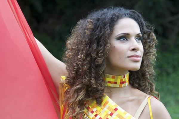 Renata Jambeiro é uma das atrações do Primeiro Bar cantando samba de raiz (Márcia Moreira/Divulgação)