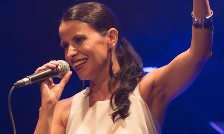 Célia Porto exalta as mulheres no dia delas com show cheio de poesia (Beto Carvalho/Divulgação)
