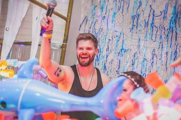 DJ Sandro Biondo comanda a festa na Cervejaria Criolina (Sinclair Maia/Divulgação)