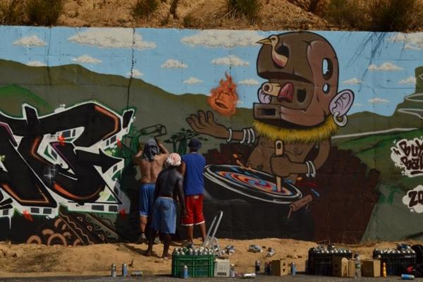 Intervenção artística nos Murais da Leba, na Angola, é o mote do documentário (Juca Badaró/Divulgação)