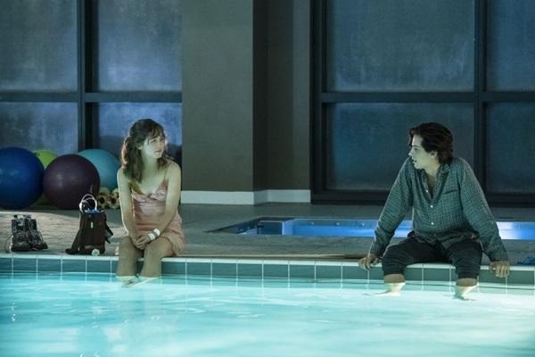 Stella e Will vivem um romance impossível em 'A cinco passos de você'  (Alfonso Bresciani/Divulgação)