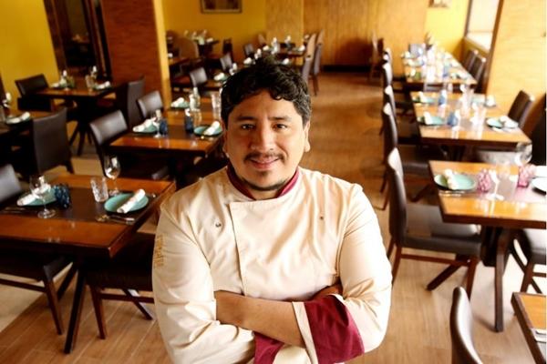 Marco Espinoza é quem comanda as caçarolas no Taypá (Fabricio Rodrigues/Divulgação)