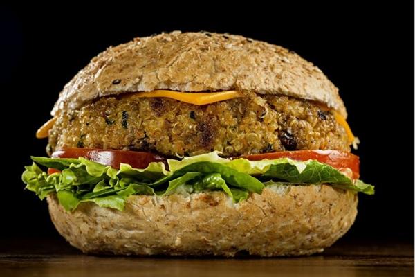 A quinoa é a protagonista do hambúrguer vegetariano do Madero (Nilo Biazzetto/Divulgação)