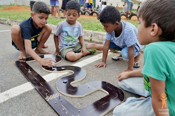 Curumim resgata uma série de brincadeiras de rua (Curumim/Divulgação)