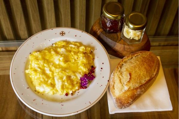 O ovo mexido servido no L'Amour du Pain ganha um toque especial com o queijo gruyère (Vinícius Cardoso Vieira/Esp. CB/D.A Press)