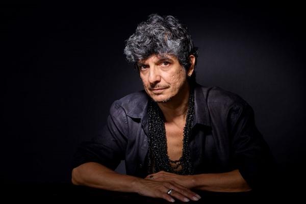 Em Pedro Luís com S, o cantor resgata canções próprias que fizeram sucesso na voz de outras pessoas (Nana Moraes/Divulgação)