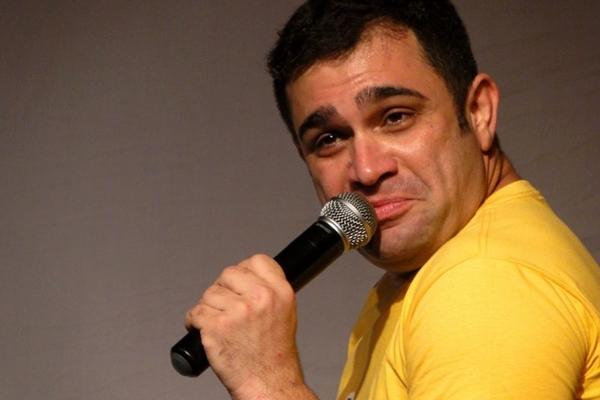 Evandro Santo vive vários tipos na comédia Personas (Evandro Santos/divulgação)