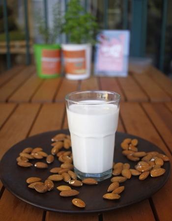 Vegan-se substitui o produto de origem animal pelo leite de amêndoas (Ana Rayssa/Esp. CB/D.A Press)