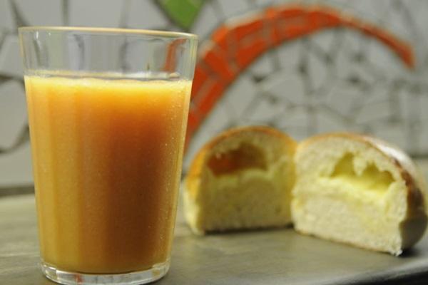 Saborosa - laranja, mamão, banana e abacaxi e pão de batata com queijo, servido na Vitamina Central. (Bruno Peres/CB/D.A Press)