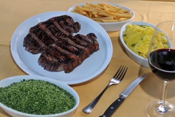 O bife de chorizo é um dos pratos do almoço executivo do BSB Grill (Breno Fortes/CB/D.A Press)