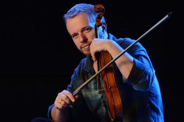 Nicolas Krassik teve formação no jazz, mas se apaixonou pelo choro quando chegou ao Brasil ( Daniel Chiacos/Divulgação)