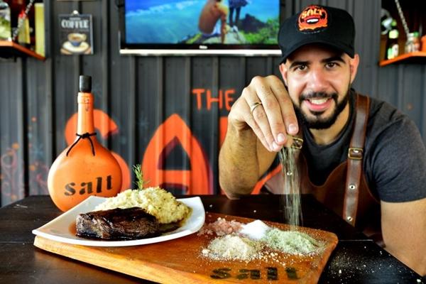O chef Enzo Pacelli, do The Salt, aposta em sais aromáticos para temperar pratos de forma mais saudável (Marcelo Ferreira/CB/D.A Press)