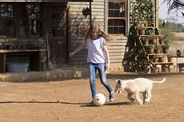 'A menina e o leão' foi filmado durante três anos para acompanhar o crescimento da atriz e do animal  (Oustide Films/Divulgacao)