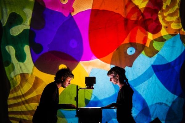 A peça 2 mundos foi inspirada em referências cinematográficas (Diego Bresani/Divulgação)