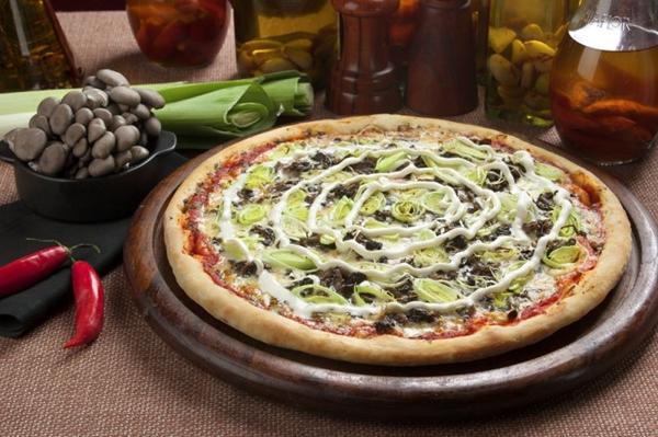 A pizza de mascarpone e shimeji é uma das favoritas entre os comensais (Andreia Marli?re/Cara Preta Comunicação)