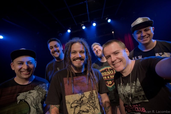 Os músicos da banda Maskavo comemoram a volta à cidade: matar as saudades da família (Ivan Lacombe/Divulgação.)