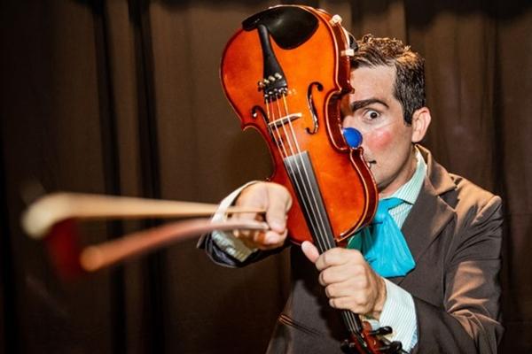 'O violinista mosca morta' nasceu de oficinas feitas pelo ator Pedro Caroca  (Lucio Gomes/Divulgacao)
