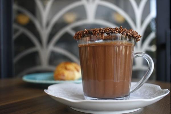LG: Sheila usa o conceituado cacau em pó Callebaut para preparar o chocolate quente da Confeitaria Francesa (Ana Rayssa/CB/D.A Press)
