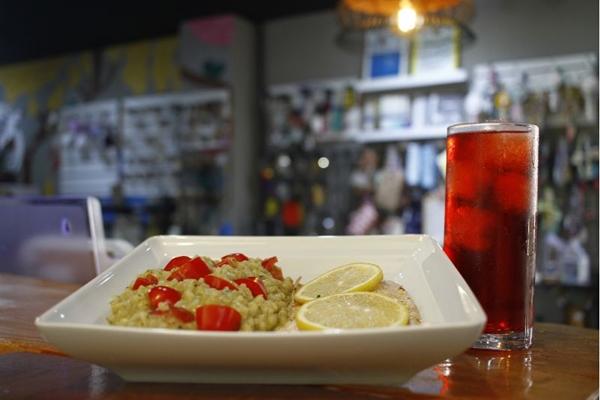 Com alternativas que prometem agradar de vegetarianos a amantes de carnes, o Tres Bistrô e Bar ainda conta com uma loja colaborativa (Ana Rayssa/CB/D.A Press)
