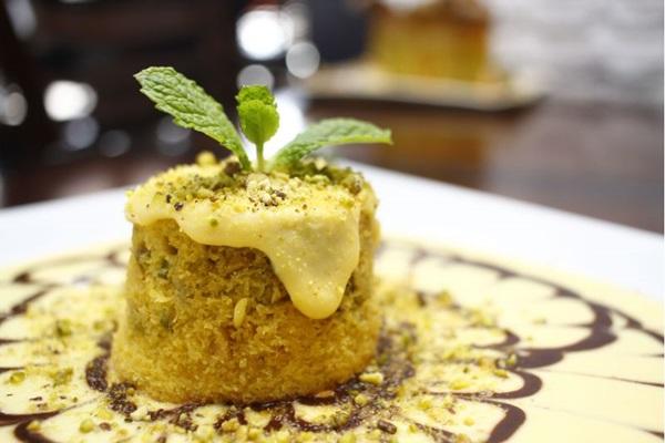 O petit gâteau de milho com pistache aposta em contrastes (Ana Rayssa/CB/D.A Press)